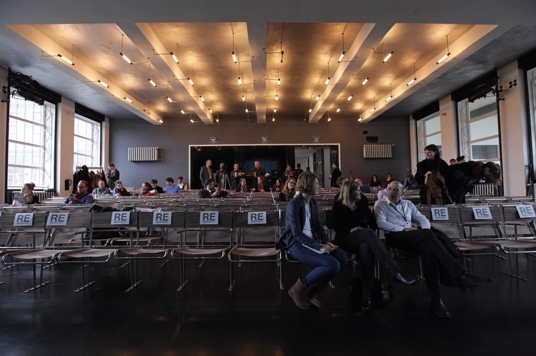 Die Aula im Bauhaus Dessau füllt sich (by Fachbereich Design Dessau, Hochschule Anhalt FH)